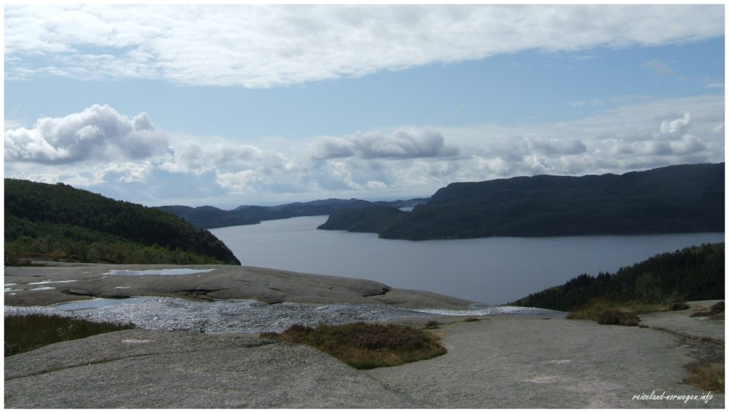 Blick vom Skrelia-Wasserfall zum Oftefjord